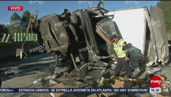 Camión de carga vuelca en autopista México-Puebla