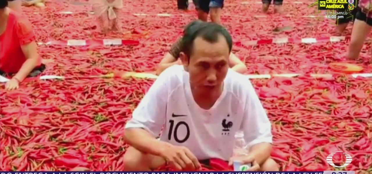 Chinos comen chile dentro de tina de aguas termales
