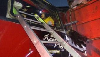 Autobús del grupo 'Rancho Viejo' choca contra tráiler