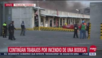 Continúan trabajos por incendio en una bodega en Toluca