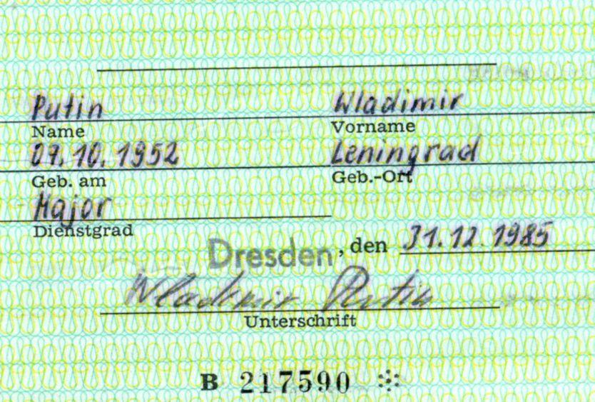 El carné incluye el nombre y firma de Vladimir Putin, quien a su llegada a Alemania en 1985 ostentaba el cargo de Mayor (Reuters)