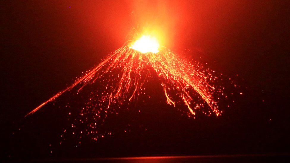 En esta foto de Julio de 2018, material incandescente sale del cráter del Anak Krakatau (GettyImages)
