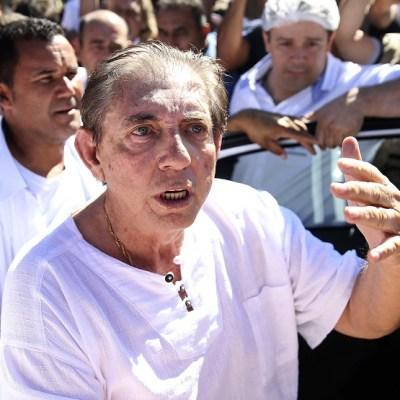 Ordenan arrestar a curandero brasileño que abusó sexualmente de más de 200 mujeres