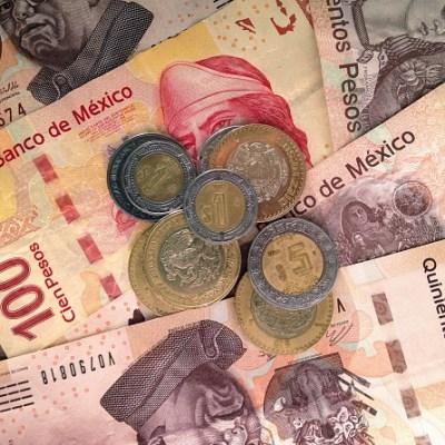Peso avanza ligeramente frente al dólar