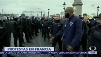 Francia congela precios de gas y gasolinas para apaciguar protestas