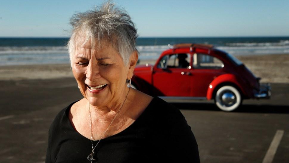 Kathleen sonríe frente a una 'Annie' restaurada y de vuelta en California (Volkswagen)