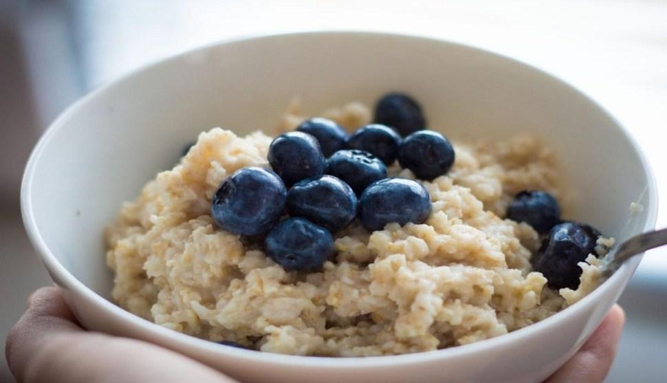 La mora azul es popular para acompañar el desayuno, principalmente junto con avena o yogurth (GettyImages)