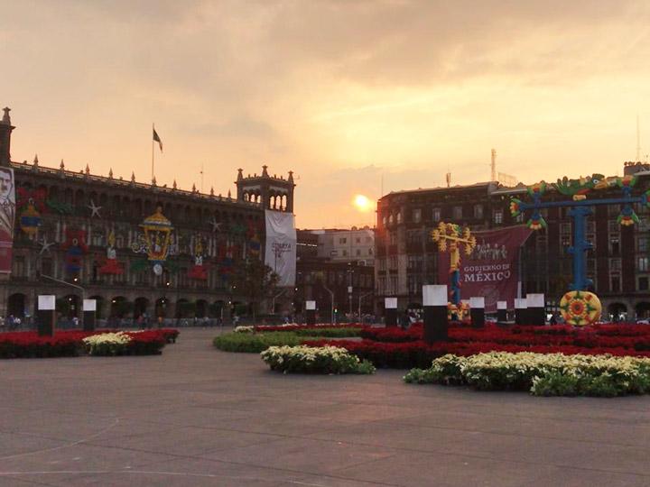La puesta de sol en la Plaza de la República, después de que concluyeran los trabajos de decoración el 4 de diciembre (Excélsior)