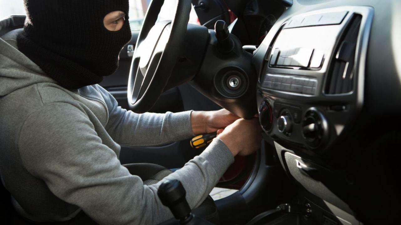 Ladrón llama a policía tras quedar atorado en auto robado