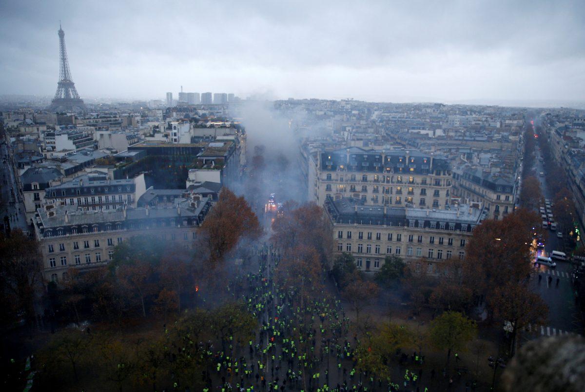 Las protestas del sábado 1 de diciembre se desarrollaron en el área central de París. En esta imágen, los manifestantes se encuentran cerca de la Plaza Charles de Gaulle (Reuters)