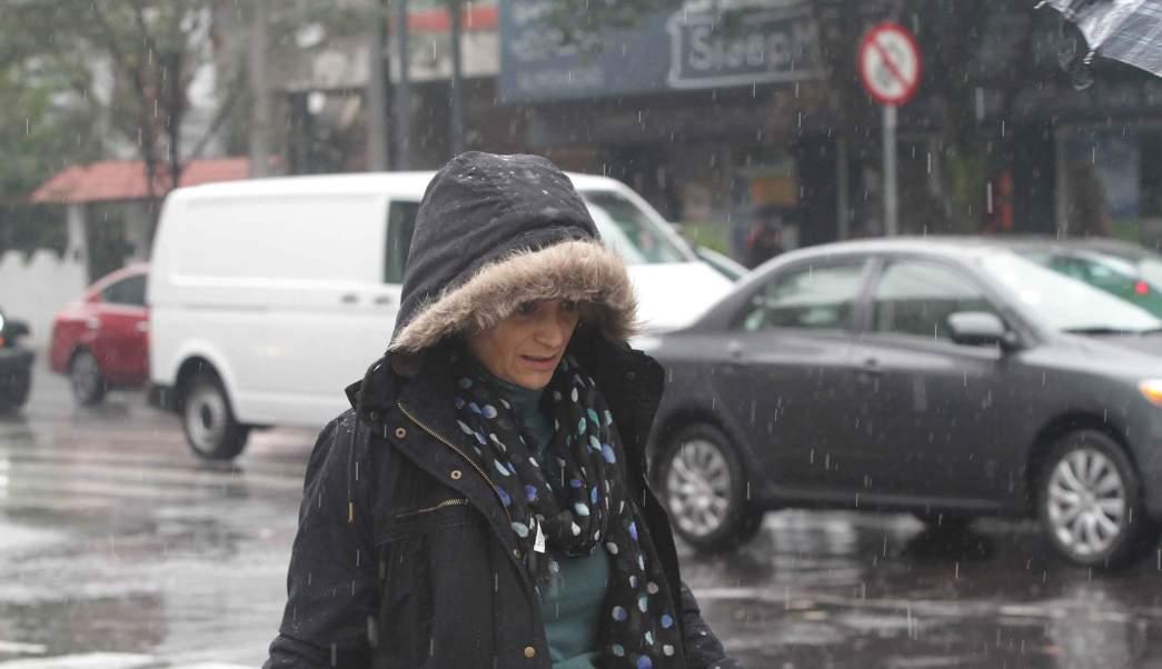 Foto: Una mujer se proteg de la lluvia y el viento, 2 febrero 2019