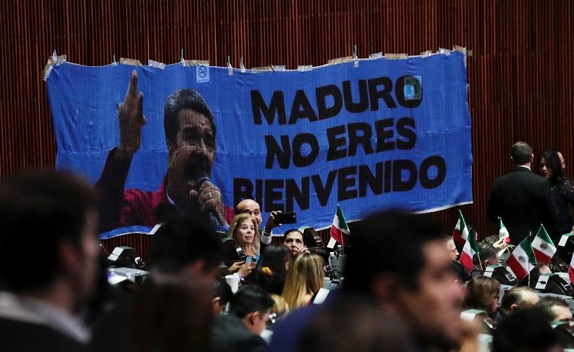 Diputados del PAN despliegan pancartas contra Maduro