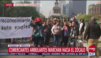 Marcha de comerciantes ambulantes desquicia tránsito sobre Reforma