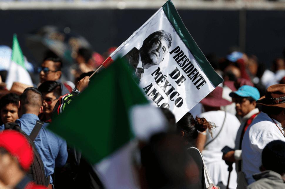 Mexicanos celebran en el Zócalo capitalino. (AP)