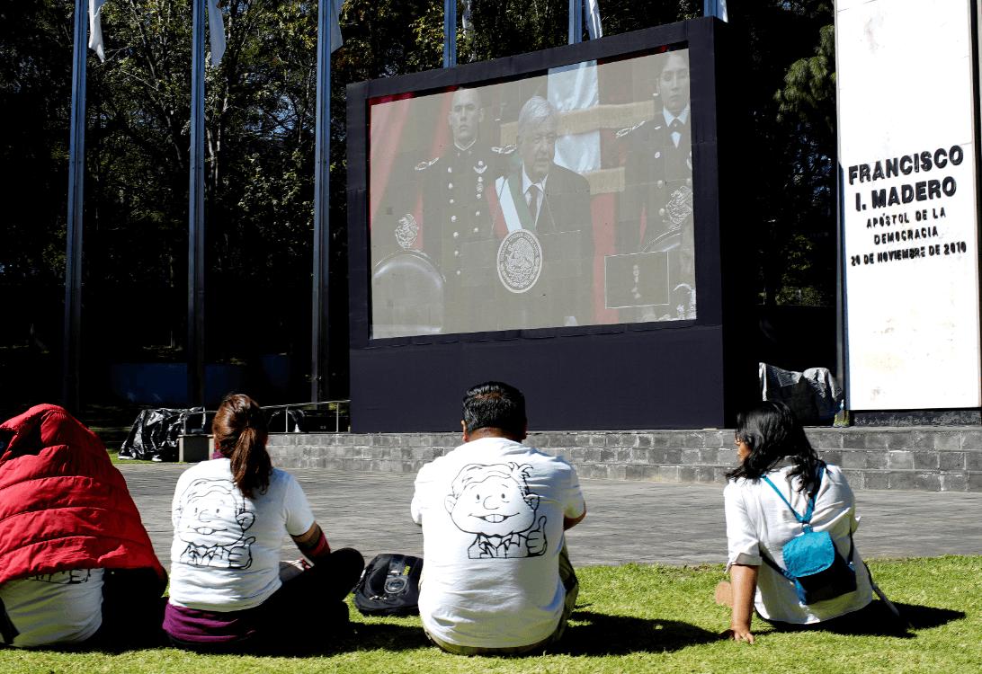 Mexicanos siguen la ceremonia desde Los Pinos. (Reuters)