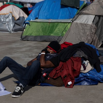 Más de 100 migrantes en Tijuana rechazan ser reubicados pese a inclemencias del clima