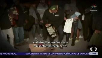 Migrantes centroamericanos pelean por ropa y zapatos en Tijuana