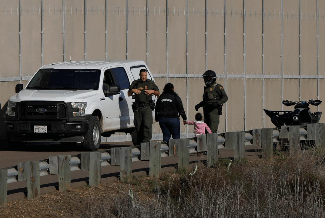 Migrantes con agentes de la Patrulla Fronteriza. (AP, archivo)