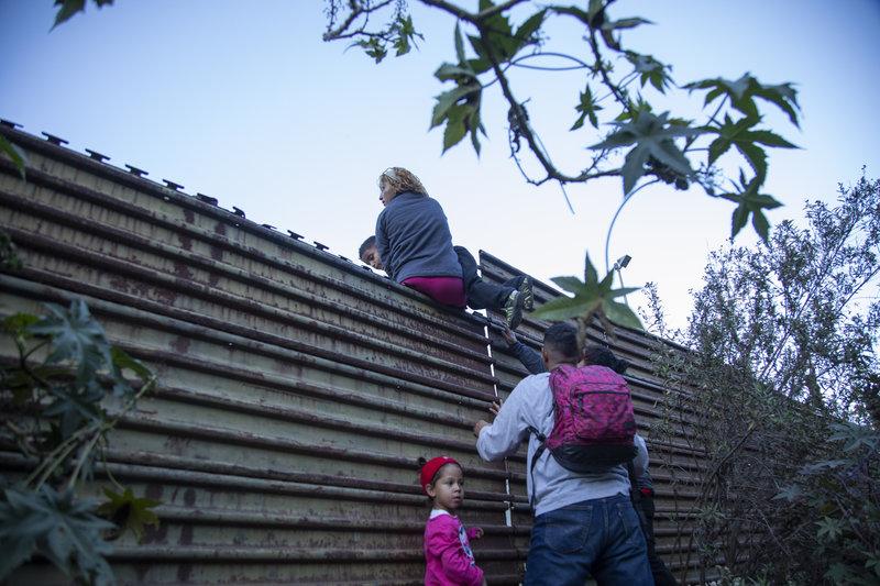 migrantes brincan frontera con eu para entregarse a patrulla fronteriza
