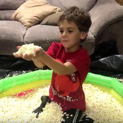 Video: Niño fanático de las palomitas de maíz recibe singular regalo