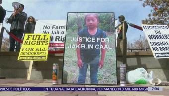 Padre de niña migrante muerta en detención rechaza versión de EU
