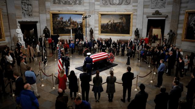 Estadounidenses hacen fila para despedir a expresidente Bush