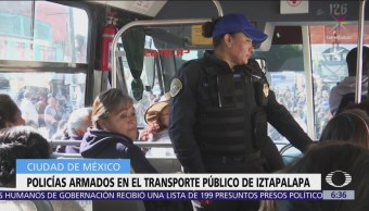 Policías auxiliares viajan en camiones en Iztapalapa, CDMX