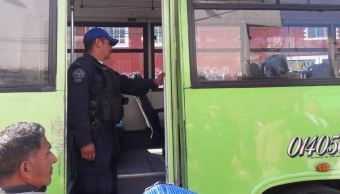 Policías viajan en transporte público en Iztapalapa