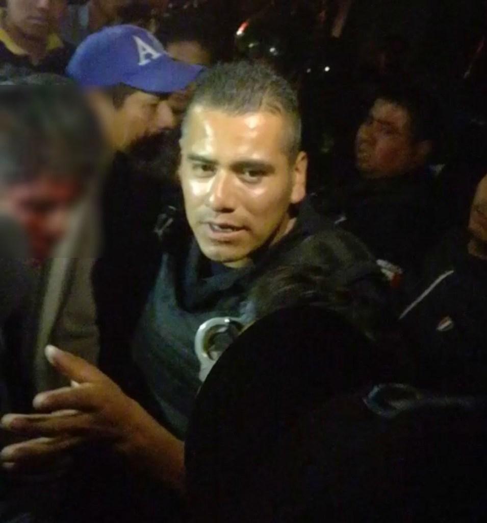 Policías salvan a hombre de linchamiento