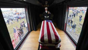 """Los restos del exmandatario George W. H. Bush fueron trasladados a bordo de un tren que fue bautizado como """"Bush4141"""". (AP)"""