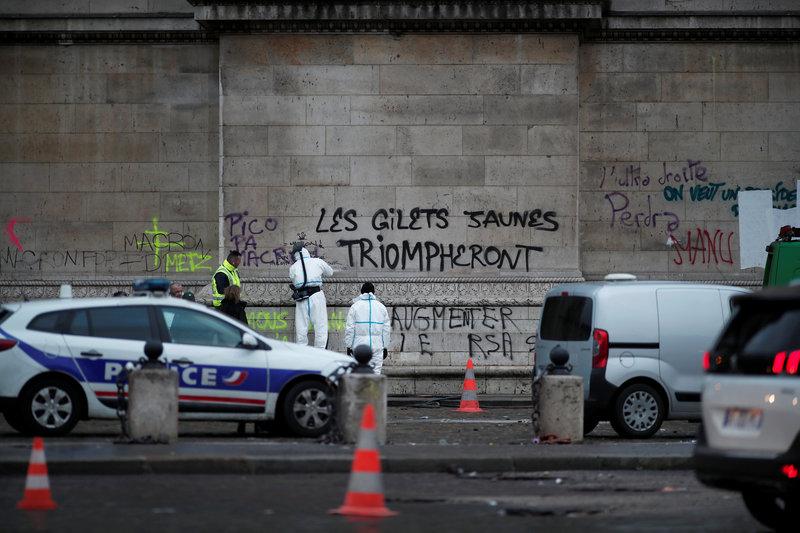 macron visita arco del triunfo para evaluar daños protestas gasolinazo