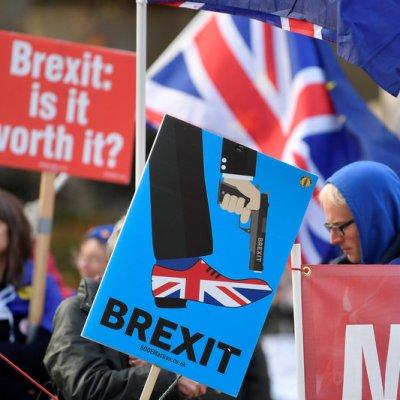 May envía a ministros para explicar a población el acuerdo del Brexit