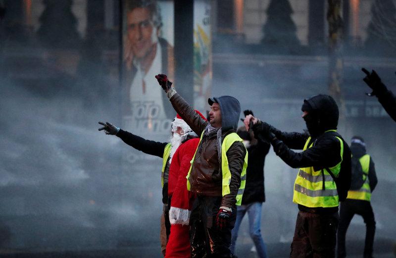 suman ocho muertos durante protestas en francia