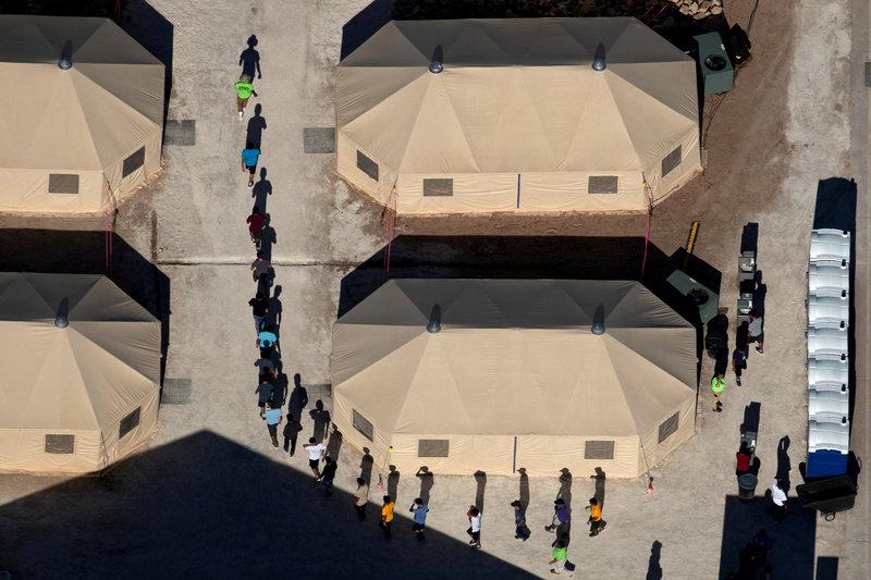 congresistas visitan campamento para menores migrantes