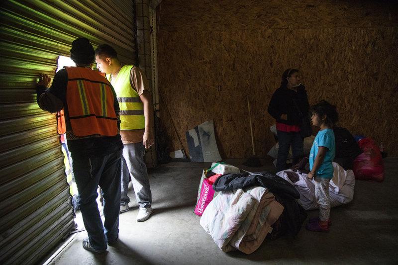 reubican migrantes en bodega sin condiciones de seguridad en tijuana