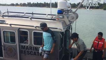 Marinos rescatan a 3 personas de embarcación a la deriva
