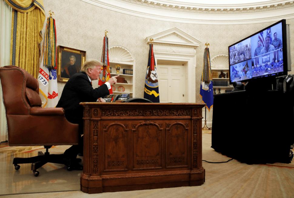 Trump durante videoconferencia con tropas estadounidenses. (AP)