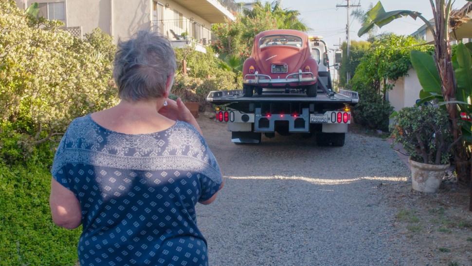 Un camión de la fábrica se lleva a 'Annie' a la restauración, en un momento conmovedor para Kathleen (Volkswagen)