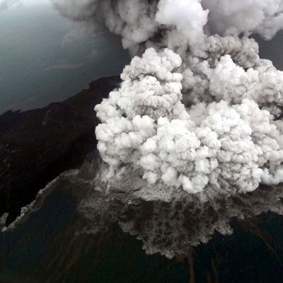 Captan video de erupción del volcán Anak Krakatoa antes del tsunami