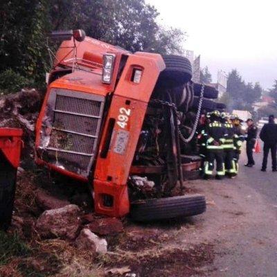 Caos vial por volcadura de tráiler en la carretera México-Toluca