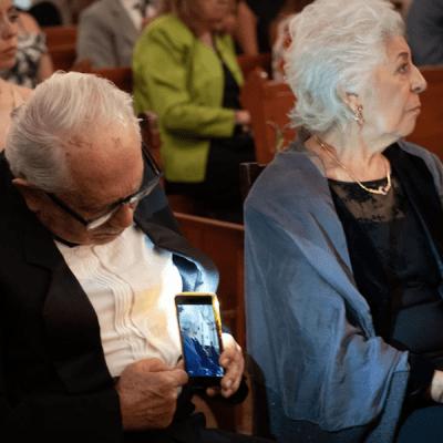 Abuelito se vuelve viral por fotografiar a su esposa a escondidas