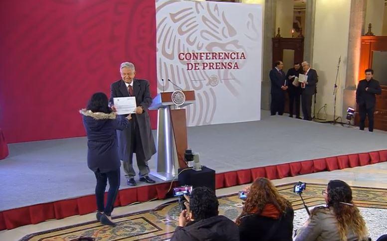 AMLO entrega a la prensa su declaración de bienes