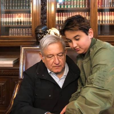 FOTO: AMLO recibe visita de su hijo menor en el Palacio Nacional