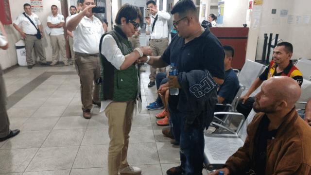 Migrantes de caravana inician solicitud para entrar a México