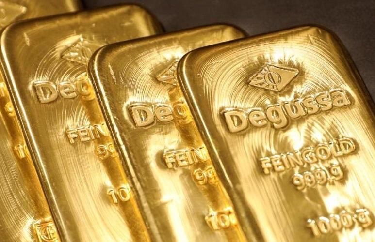 Cae oro a mínimo dos semanas por firmeza del dólar