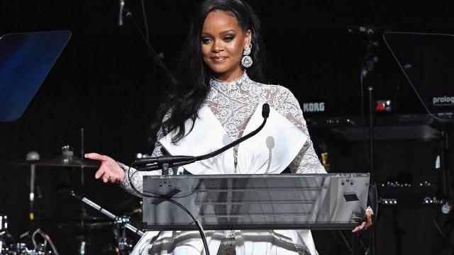 Rihanna demanda a su padre por usar apellido para negocio
