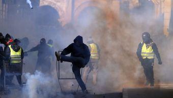 Se enfrentan policías y 'chalecos amarillos' en Francia