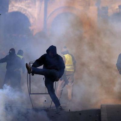 Noveno sábado de enfrentamientos entre policías y 'chalecos amarillos' en Francia
