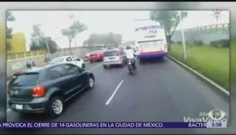 Ciclista persigue a microbusero para reclamar 'cerrón' en CDMX