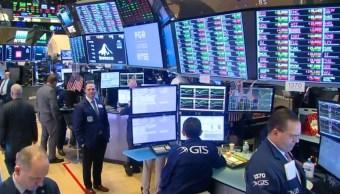 Foto: comerciantes trabajan en el piso de cambio la Bolsa de Nueva York el 23 de enero 2019